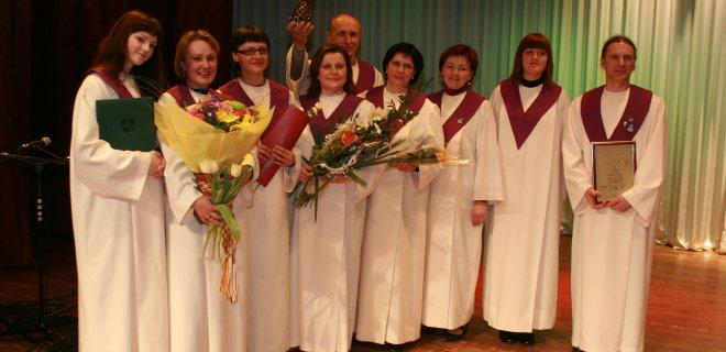 """2009 m. """"Vadžgirio sakralinės muzikos ansambliui"""" įteikta """"Aukso paukštė"""" kaip geriausiam vokalinės muzikos ansambliui Lietuvoje. / asmeninio archyvo nuotr."""