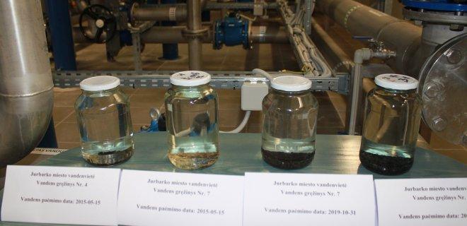 """Mangano nuosėdų geriamajame vandenyje kasmet daugėja (nuotraukoje iš kairės į dešinę: mangano nuosėdos vandens mėginiuose 2015 m. ir 2019 m.).  """"Kai filtrų nebuvo, visą tokį mišinį pumpuodavom į miestą"""", - sako J. Tamulis. / Monikos Kazakevičiūtės nuotr."""