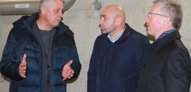 """UAB """"Jurbarko vandenys"""" direktorius D. Dragūnavičius (kairėje) Jurbarko rajono administracijos atstovams pristatė naujus vandens kokybės gerinimo įrenginius. / Monikos Kazakevičiūtės nuotr."""