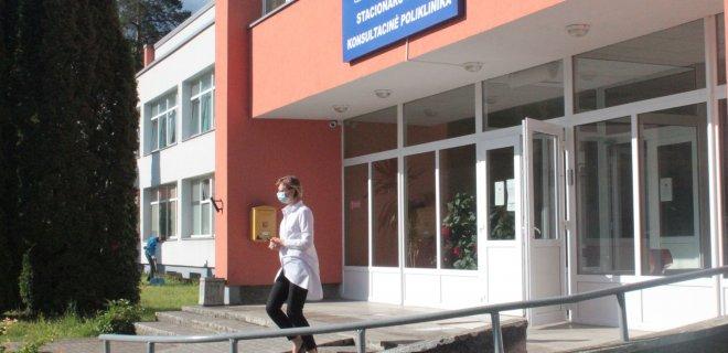 Jurbarko ligoninė laisviau įsileidžia pacientus ir lankytojus į vidų, tik prašo jų nepamiršti apsaugos priemonių – kaukių. Toks reikalavimas galioja visiems medicinos įstaigoms.
