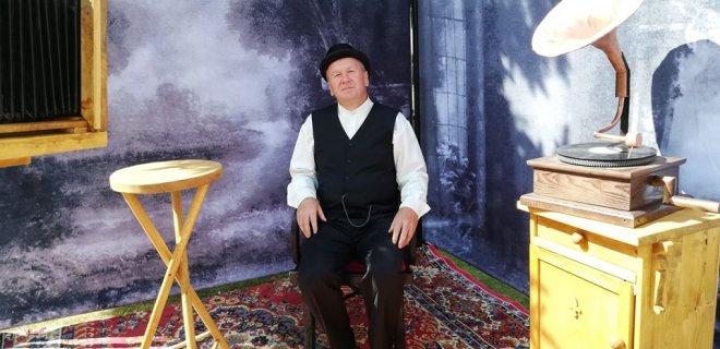 Atkurtoje tarpukario fotostudijoje garsų šio krašto fotografą Antaną Mickų įkūnija Veliuonos krašto muziejaus darbuotojas Gediminas Klangauskas. / Jūratės Mičiulienės nuotr.