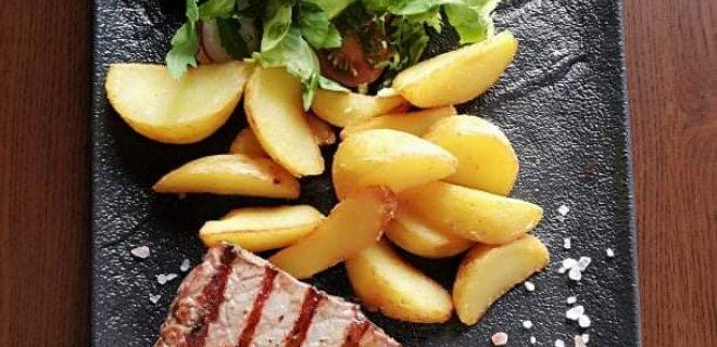 Brandinta jautienos mėsa 300 laipsnių griliaus temperatūroje virsta sultingu ir skaniu steiku.
