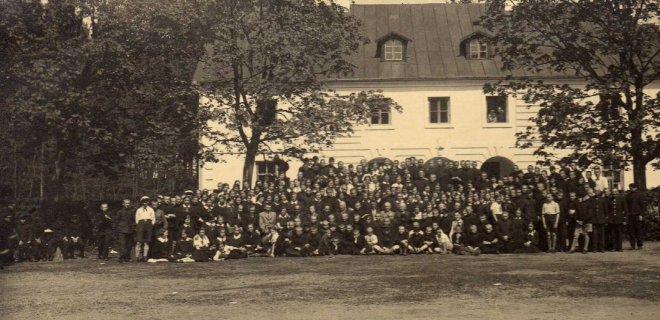 Gimnazistai prie gimnazijos. Dabar šiame pastate veikia Jurbarko krašto muziejus. / Jurbarko krašto muziejaus archyvo nuotr.