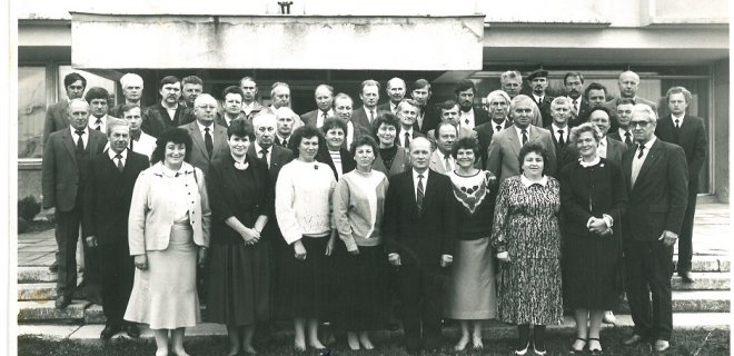 1990–1995 metų kadencijos Jurbarko rajono tarybos nariai  I eilė: J.Vireikienė, R.Kliukienė, I.Gvildienė, V.Krikštanienė, A.J.Kazakevičius, B.Skandūnienė, A.Jasaitienė, B.Stanišauskienė, A.Kasiulis; II eilė: A.Pilkauskas, A.Danisevičius, S.Jokūbaitienė, B.Gustaitienė, P.Ivanauskas, P.Gargasas, R.Veniulis; III eilė: P.Parnarauskas, J.Pečiulis, S.Nenorta, Z.Rimkus, A.Kruša, A.Vančys, Z.Zakaras, V.Atkočaitis, Z.J.Januška, A.Stankaitis, G.Pesys; paskutinės eilės: V.Giedraitis, A.Plėšikaitis, P.Budrys, S.Jarutis, Z.Vežikauskas, E.Strončikas, M.Šlepševičius, J.Daujotas, A.Saldukas, J.Aleksiejus, V.Pečiukėnas, P.Baršauskas, V.Belevičius, V.Valutis, A.Genys, R.Brazaitis, Č.Meškauskas, B.Švitra
