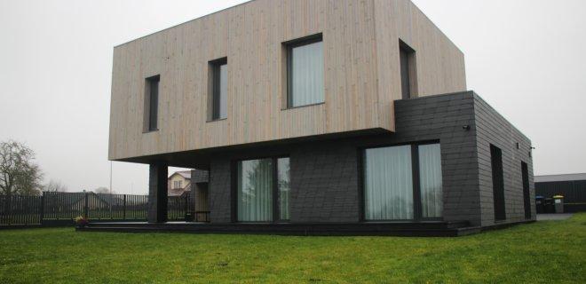 Štai kaip atrodo architektei I. Januškienei mieliausias, jos pačios suprojektuotas pastatas, stūksantis Jurbarko Donelaičio gatvėje. Šio pastato šeimininkas tikina, kad pripratęs prie dėmesio - nutinka ir taip, kad važiuojantys pro šalį sustoja apžiūrėti.