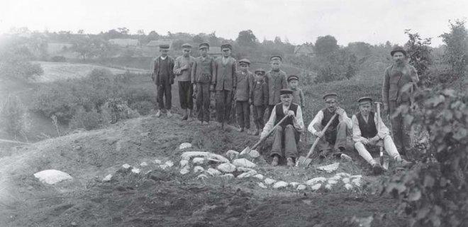 1912 metais įamžinti kasinėjimai. Darbininkai Veliuonos piliakalnyje. / L. Kšivickio nuotr. /Vytauto Didžiojo karo muziejaus archyvas nuotr.