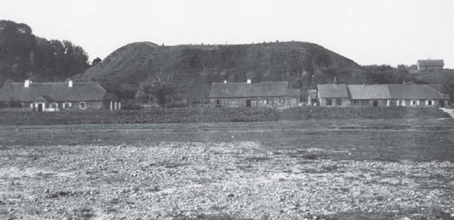 Veliuonos pirmasis piliakalnis iš pietų pusės / XX a. pr, L. Kšivickio /Vytauto Didžiojo karo muziejaus archyvas nuotr.