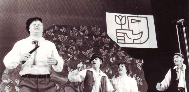 """1984-ieji metai. Scena iš """"Razbaininkai steigia roko grupę"""". Nuotr. iš kairės: V. Partikas, V. Mažukaitis, A. Šerkšnaitė."""