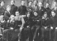 """1926 m. vasario 16 d. Jurbarko gimnazijos mokiniai suvaidino pjesę """"Vergijos griuvėsiuose"""". I eilėje sėdi: Kalnaitienė, Leokadija Baturaitė-Matusevičienė (po karo Veliuonos šokėjų organizatorė), Domas Mačiulis, 4 ir 5 neatpažinti, Marija (?) Vaičaitytė; stovi: 1. Antanas Petravičius, 5. Petras Mikutaitis (vėliau docentas), priešpaskutinis - Aloyzas Rudzitas. Iš A. Puidokaitės rinkinio."""