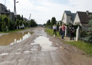"""""""Vienais metais žadėjo (asfaltuoti gatvę, - aut. past.), kitais metais žadėjo, bet nieko nedarė. Būna, kad pravažiuoti neina, pilna gatvė vandens, kuris ir į sklepus veržiasi"""", - skundėsi gatvės gyventojai."""