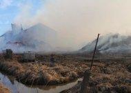 Pirmadienį 14.14 val. ugniagesiams pranešta apie gaisrą Jurbarko r., Vadžgirio kaime. Pirminiais duomenimis, bendrovės teritorijoje užsiliepsnojo šiaudų granulės, o netrukus ugnis persimetė į gamybinį pastatą.