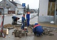"""""""Jurmelsta"""" darbininkams užtaisyti kelias duobes prireikė vienos dienos. Anot jų, kaltas senasis tarybiniais metais tiestas asfaltas, ant kurio ir buvo klojamos naujosios Kauno gatvės trinkelės."""