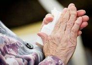 Kaimynų siaubas: namuose užrakinta močiutė visą dieną šaukiasi pagalbos