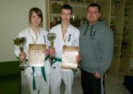 Jaunių čempionato prizininkai Rūta Dobilaitė, Deividas Vaitkevičius ir jų treneris Artūras Enčeris .
