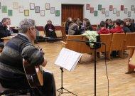Redakcija tęsia tradiciją - visi antradienio vakarai su gyva muzika. Sausio 29-ąją policijos komisariato didžiojoje salėje skambėjo vieno žymiausių Jurbarko krašto bardų - SauliausLapėno, - atliekamos dainos.