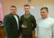 """(Iš kairės) """"""""Kumitė"""" klubo prezidentas ir treneris Artūras Enčeris, Europos jaunučių čempionas Paulius Dirda ir  treneris Rolandas Kringelis."""