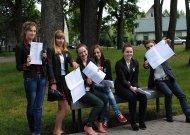 Į Jurbarko Antano Giedraičio-Giedriaus gimnaziją laikyti egzaminų atvykdavo ir iš kitų mokymo įstaigų. Nuotraukoje Eržvilko gimnazistai po matematikos egzamino.
