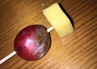 Sūrio gabaliukas su supuvusia vynuoge
