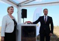 """Finansų ministrė R.Budbergytė ir """"Lietuvos energija"""" gen.direktorius D.Misiūnas atidarė vėjo jėgainių parką."""