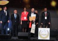 """Apdovanojimą atsiėmė """"Viešvės"""" direktoriaus pavaduotojas Rimantas Mikužis."""