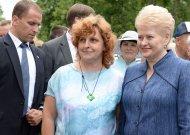 Romarika Pikelienė vienoje šventinėje Jurbarko mugėje Prezidentei Daliai Grybauskaitei padovanojo savo tapytą šilko skarelę.
