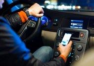 Nubausti šimtai vairuotojų besinaudojantys mobiliaisiais telefonais