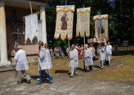 Procesijoje nešamas Šventasis Sakramentas ir bažnytinės vėliavos. Viena iš jų skirta bažnyčios globėjui Šv. Antanui.