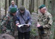 V. Vaitkevičiui jaunasis šaulys Karolis (kairėje) rodo Vykintui Vaitkevičiui (vidury), kur galėtų būti bunkeris.