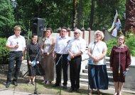 Prie tremtinių paminklo Jurbarko kapinėse pasiųsta jautri žinutė emigrantams  (video)