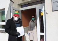Vicemeras Daivaras Rybakovas ir VšĮ Socialinės paslaugos direktorė Audronė Balčiūnienė išlydėjo izoliuotus asmenis, jiems raštiškai patvirtinus, kad turi tinkamas vietas saviizoliavimuisi ir užtikrina, kad laikysis numatytos tvarkos.