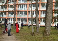 Jurbarko ligoninės kieme skambėjo sveikinimai medicinos darbuotojams