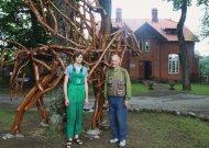Žinomas menininkas Arvydas Ališanka su sūnumi Edvardu prie savo kūrinio, sumontuoto iš šimtamečio ąžuolo šakų.