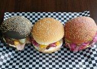 Didžiausia pasiūla burgerių mėgėjams - pasirinkti galima trijų rūšių ir spalvų bandeles su įvairiais mėsos, sūrio įdarais, daržovėmis ir naminiais padažais.