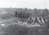 1912 metais įamžinti kasinėjimai. Darbininkai Veliuonos piliakalnyje.